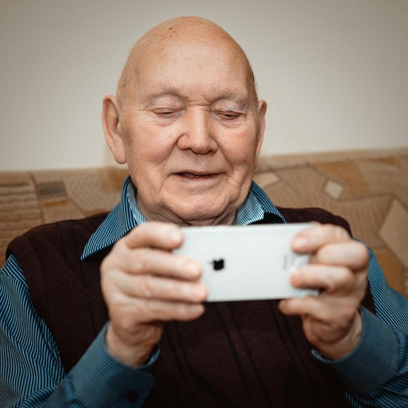 hombre mayor sosteniendo un smartphone